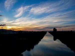 新川と夕陽